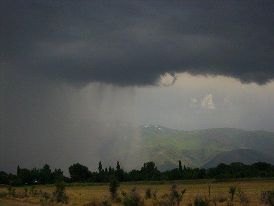 De regen valt met bakken uit de hemel