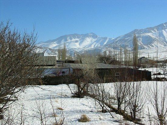 Foto van de bergen met sneeuw op de toppen