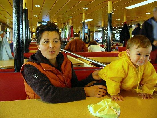 Elmira en Nathalie op de boot naar Schiermonnikoog