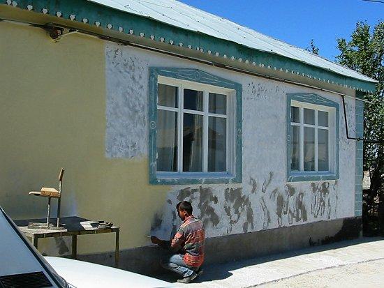 Ruslan verft het ouderlijk huis