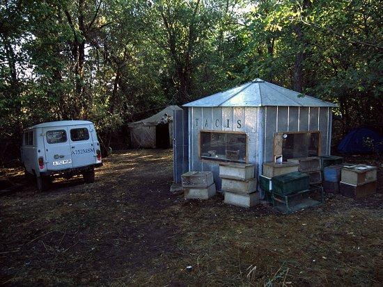 Het eenvoudige onderkomen van het Chokpak vogelringstation in Kazachstan