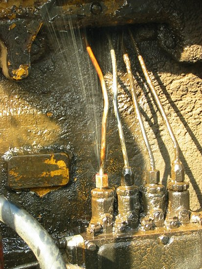 Foto van een lekkende dieselleiding van de bulldozer