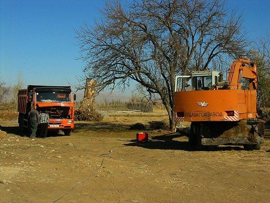Reparatie van graafmachine en vrachtwagen