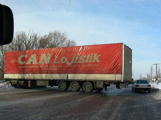 Geschaarde vrachtwagen bij Ak Biik