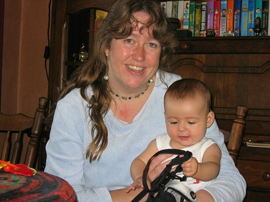 Nathalie speelt met tante Hylkje's fototas