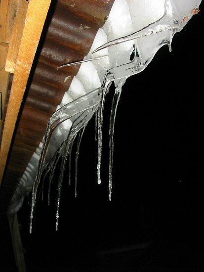 Horizontale ijspegels aan onze dakrand