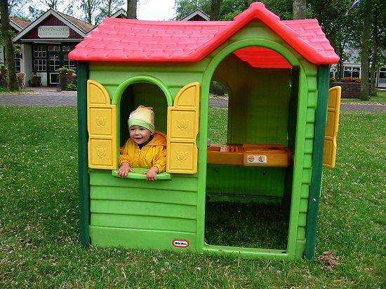 Nathalie in een speelhuisje