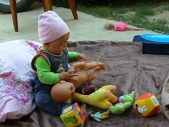 Isabel speelt met een pop