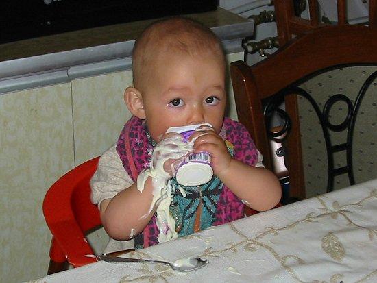 Isabel knoeit met yoghurt