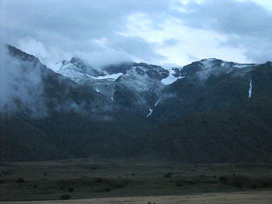 Sneeuw in juli op berghellingen