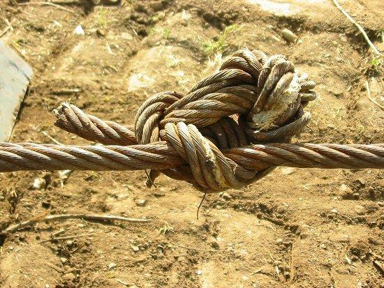 Foto van een ingewikkelde knoop in een staalkabel