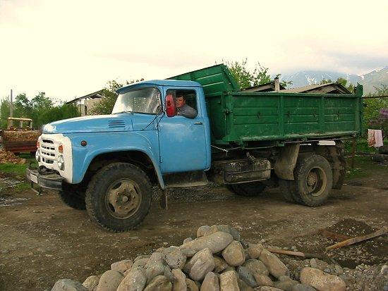 Vrachtwagen met Joera aan het stuur