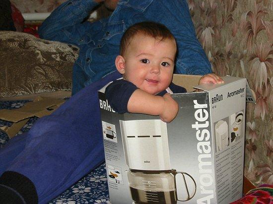 Nathalie demonstreert het koffiezetapparaat