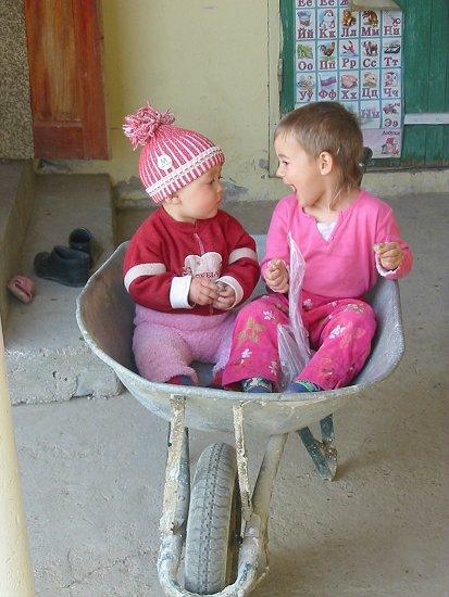 Nathalie en Isabel in de kruiwagen