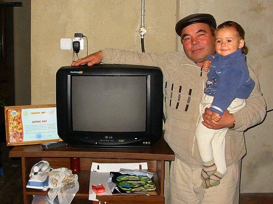 Schoonvader Sagit met televisie en oorkonde