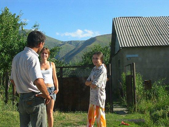 Ruslan in gesprek met twee vriendinnen