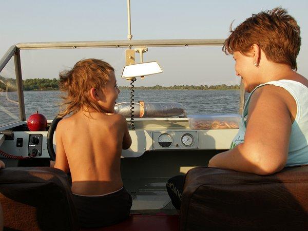 Isabel aan het roer van een motorboot