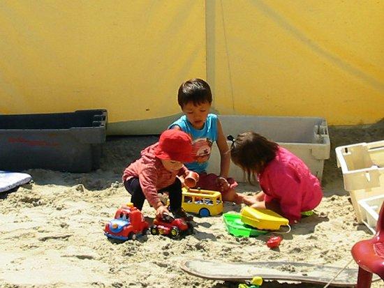 Nathalie speelt in het zand