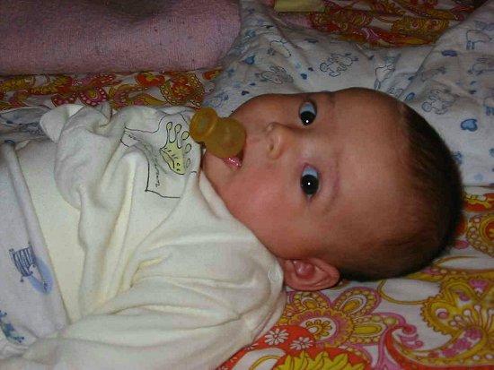 Nathalie met een speen in haar mond