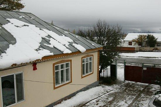 Sneeuw in oktober in Zhabagly in Kazachstan