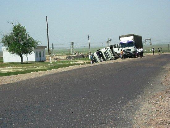 Omgevallen vrachtwagen tussen Merke en Shu