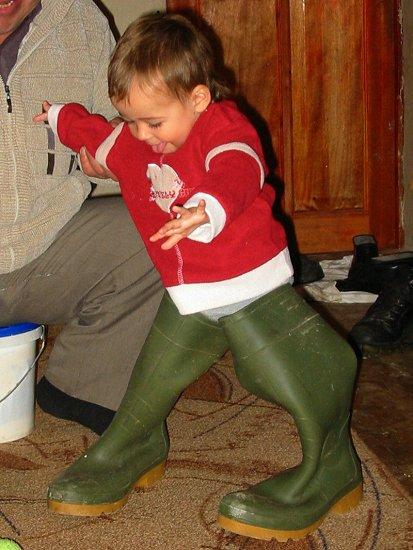 Nathalie in pappa's laarzen