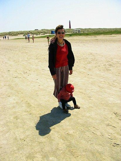 Elmira en Nathalie op het strand