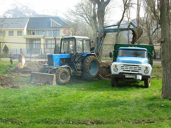 Foto van het ruimen van de fundamenten van het oude huis