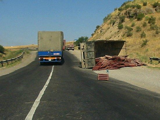 Gekantelde vrachtwagen met radiatoren