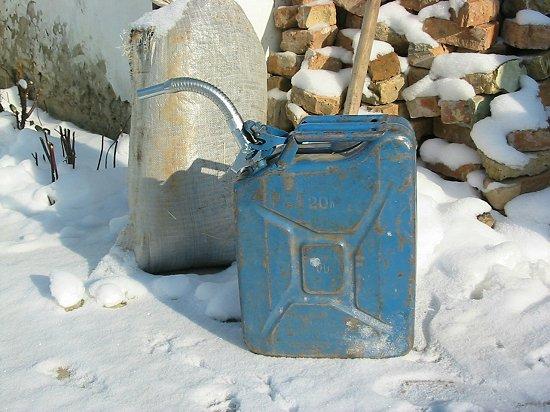 De Nederlandse schenktuit past prima op de Kazachse jerrycan
