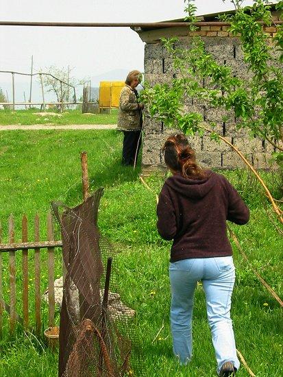 Foto van Elmira en een ambtenaar die ons terrein opmeten