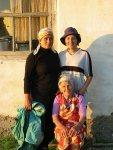 Elmira met moeder en oma