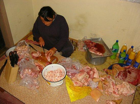 Elmira is druk bezig het vlees te sorteren