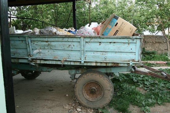 Volgeladen vuilniswagen