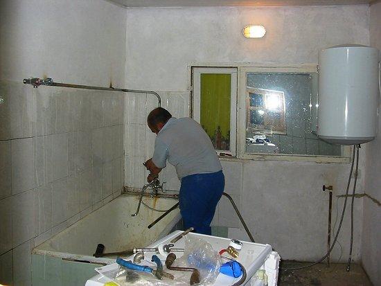 Aanleg van waterleiding in de douche