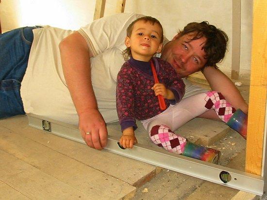 Nathalie helpt pappa met waterpassen